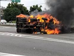 大溪2車擦撞 小貨車全面燃燒成火球