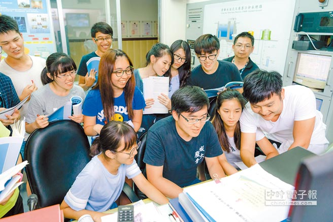 兩岸清華大學與香港城市大學學生參加低碳綠能營,共同在營隊中學習核能相關知識。(新竹清華大學提供)