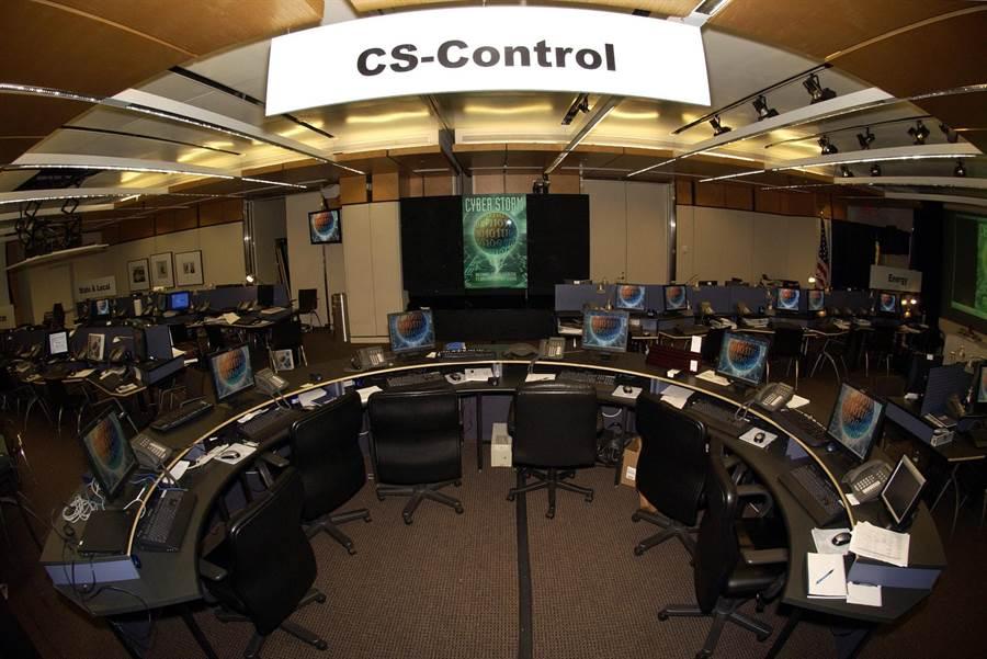 美國國土安全部曾在布希政府時期進行名為「網路風暴」的模擬戰爭遊戲,發現一旦敵方進行網路戰,將快速癱瘓美國的整體防衛力量。 圖為「網路風暴」的檔案照片。(圖/美聯社)