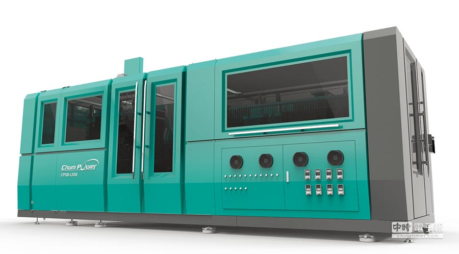 銓寶工業推出全球生產速度最快的直線式PET雙軸延伸拉吹機。圖/銓寶提供