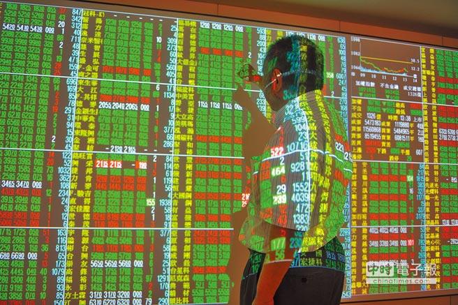 台股15日盤中賣壓湧現,大盤重挫逾百點,終場收在10716.75點,下跌107.48點。圖為投資人緊盯盤面。(劉宗龍攝)