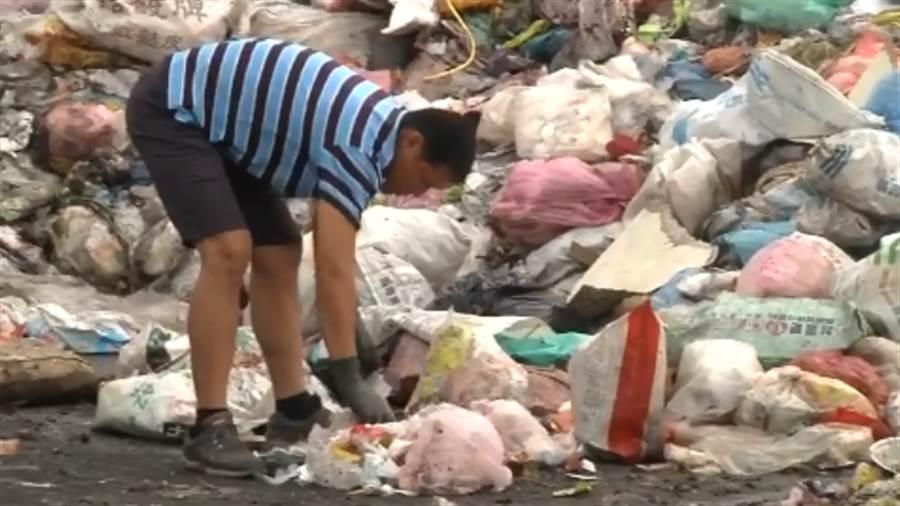 清潔隊員在垃圾山翻找近半小時,最後在約4公噸的垃圾堆中尋獲。
