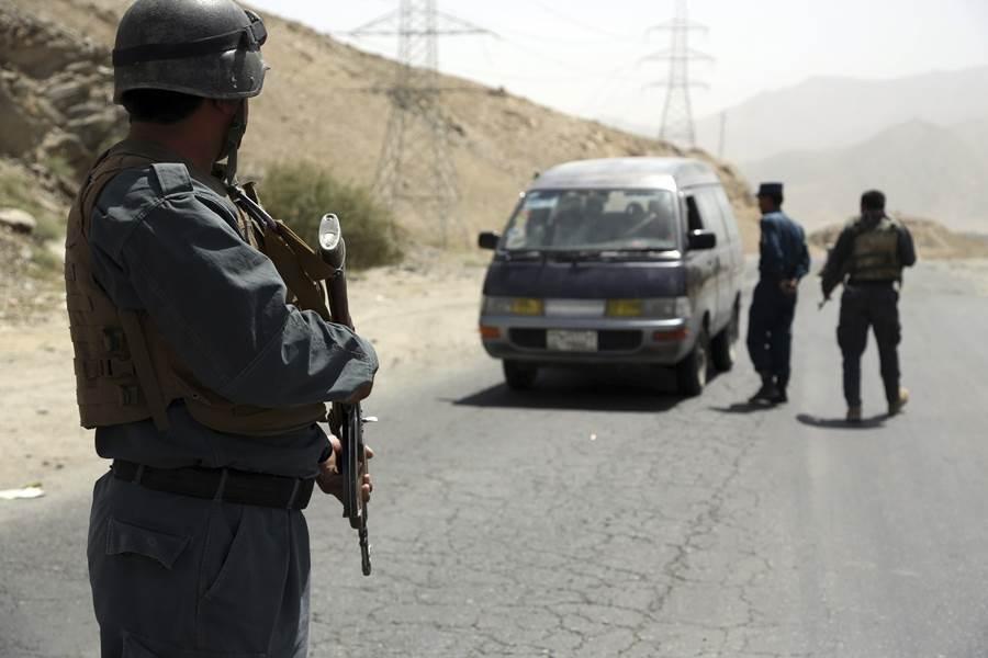 阿富汗警察在加茲尼市的高速公路上巡邏檢查。(圖/美聯社)