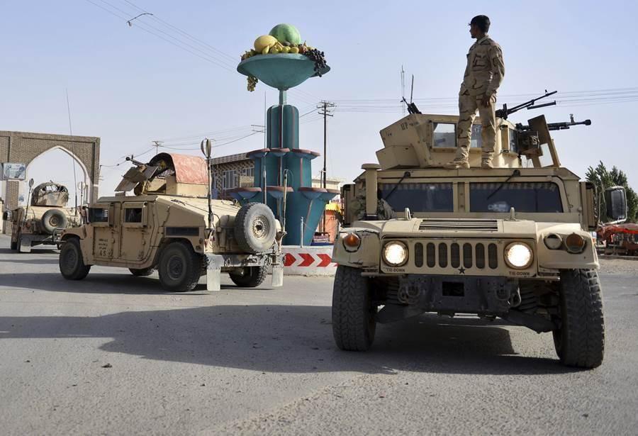阿富汗安全人員正在巡邏加茲尼市。(圖/美聯社)
