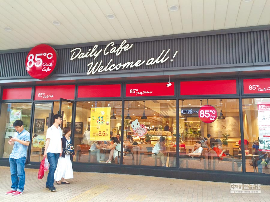 蔡英文總統過境美國赴85℃門市買咖啡,85℃因此被大陸網友指控是台獨企業,揚言抵制。圖為85℃二代店上海龍陽店。                                     (鍾寧攝)