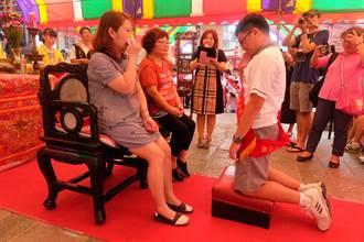 古笨港成年禮學子鑽七娘媽亭  說出對父母的愛