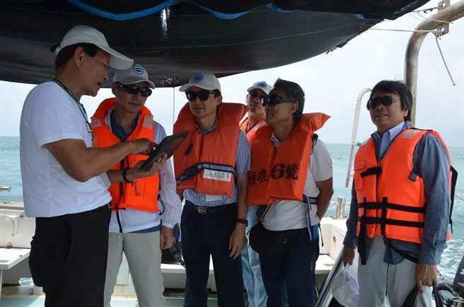 科技部部長陳良基今(17)日率團登上東沙島,進行科學研究工作會議及現勘。(科技部提供)