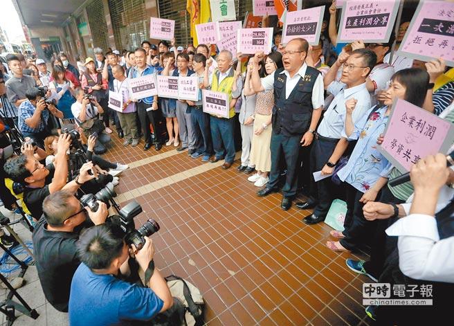 基本工資審議委員會16日登場,會前勞工團體在勞動部前高呼口號,呼籲政府及資方正視勞工權益。(范揚光攝)