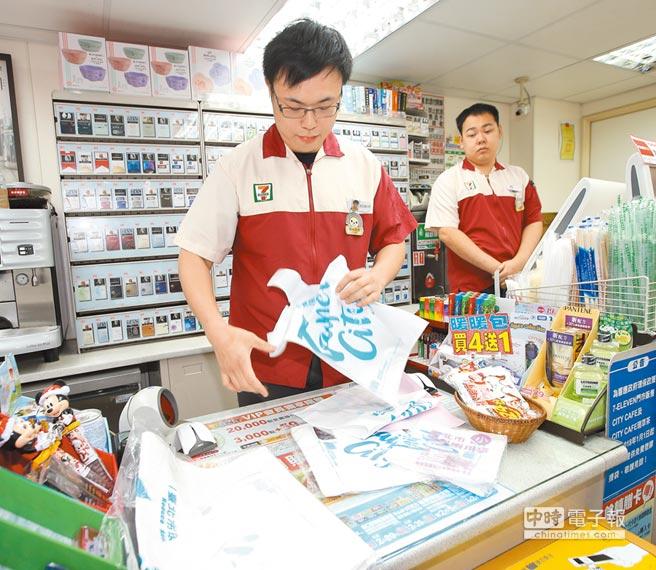 時薪將調漲到150元,對超商、超市等工時計薪的企業衝擊最大,圖為北市延平南路超商櫃檯。(本報資料照片)