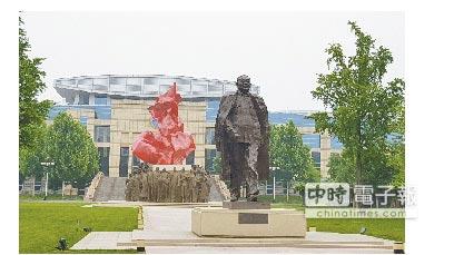 中共中央黨校內,有「改革開放總設計師」鄧小平的巨大雕像。(記者藍孝威攝)