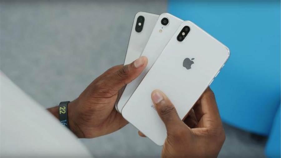 新6.5吋、6.1吋iPhone模型機與5.8吋iPhone X對比。(圖/翻攝YouTube MKBHD頻道)