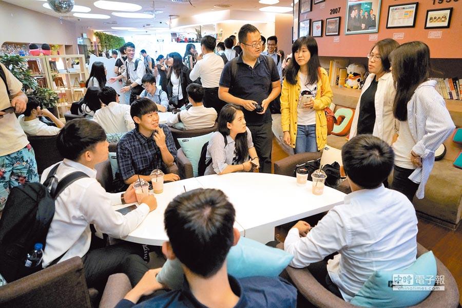 台胞居住證可能強化人才西進的效應。圖為台灣大學生走進北京中關村,參訪騰訊等企業,體驗創新創業氛圍。(中新社)
