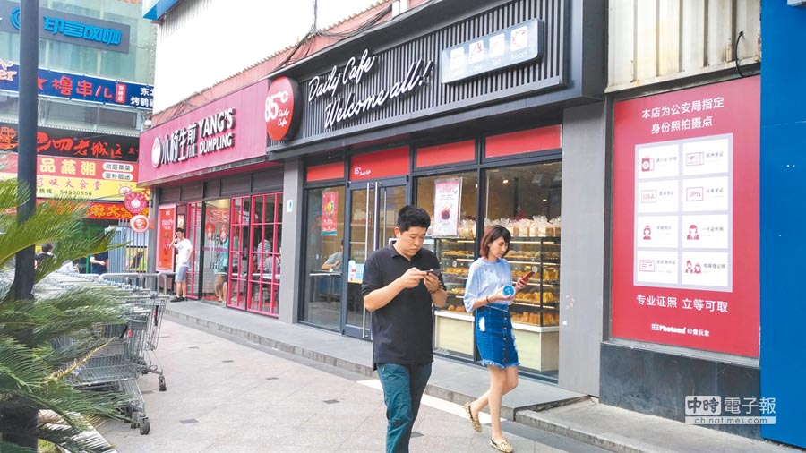 85度C被指控為台獨企業,遭大陸外送平台全面下架。圖為85度C上海桂林店,目前外送小哥已暫停營業,生意似有些冷清。(吳泓勳攝)
