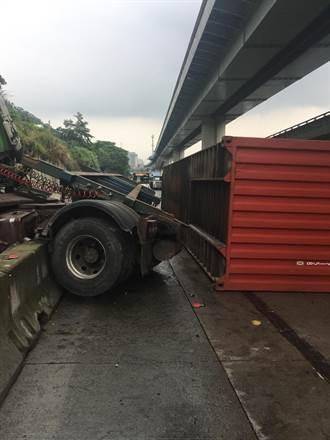 中山高南下35公里連結車自撞側翻 駕駛卡車內幸脫困
