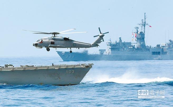 美報告也指台灣正發展不對稱戰爭新概念,強化自防衛能力,但認為大陸年度國防預算為台灣15倍,差距太大。圖為今年4月13日蘇澳海軍基地操演,蔡總統登上基隆艦視導。(本報資料照片)