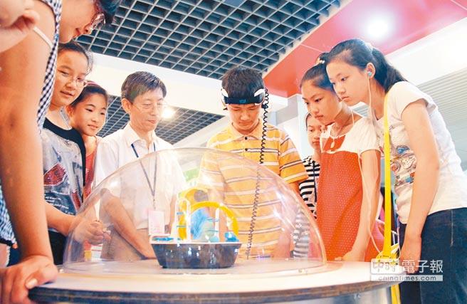 學生們在無錫北塘區科技館內體驗「腦電波」儀器。(新華社資料照片)