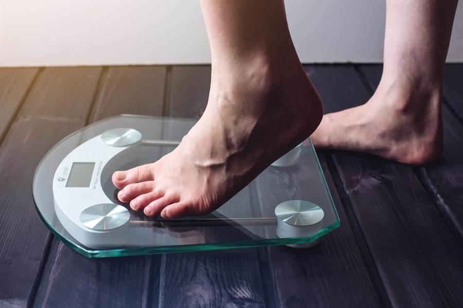 女子偷放「体重计」,几天后出现的「神秘数字」,果真逮到男友偷吃。(示意图/shutterstock)