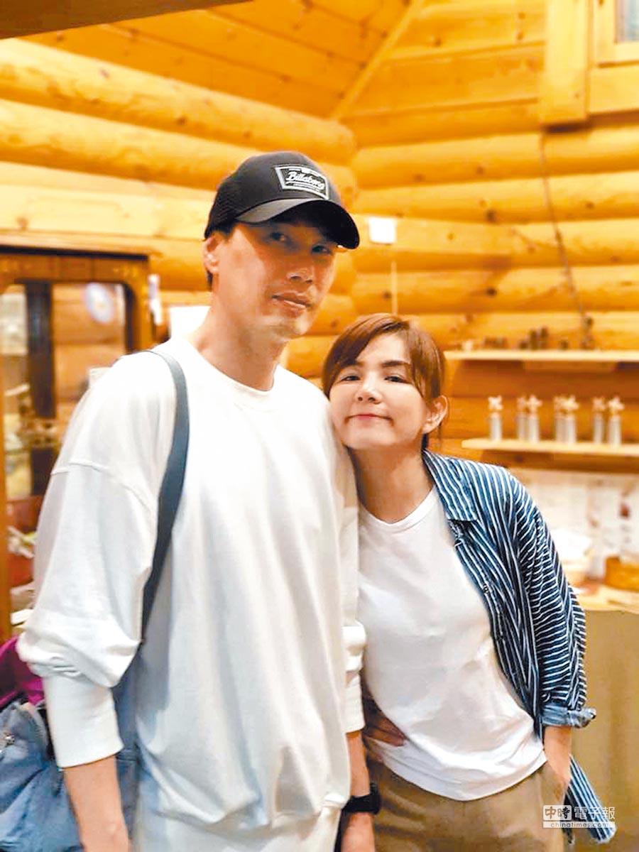 Ella(右)情人節仍在工作中度過,但笑說有老公相伴。(取材自臉書)