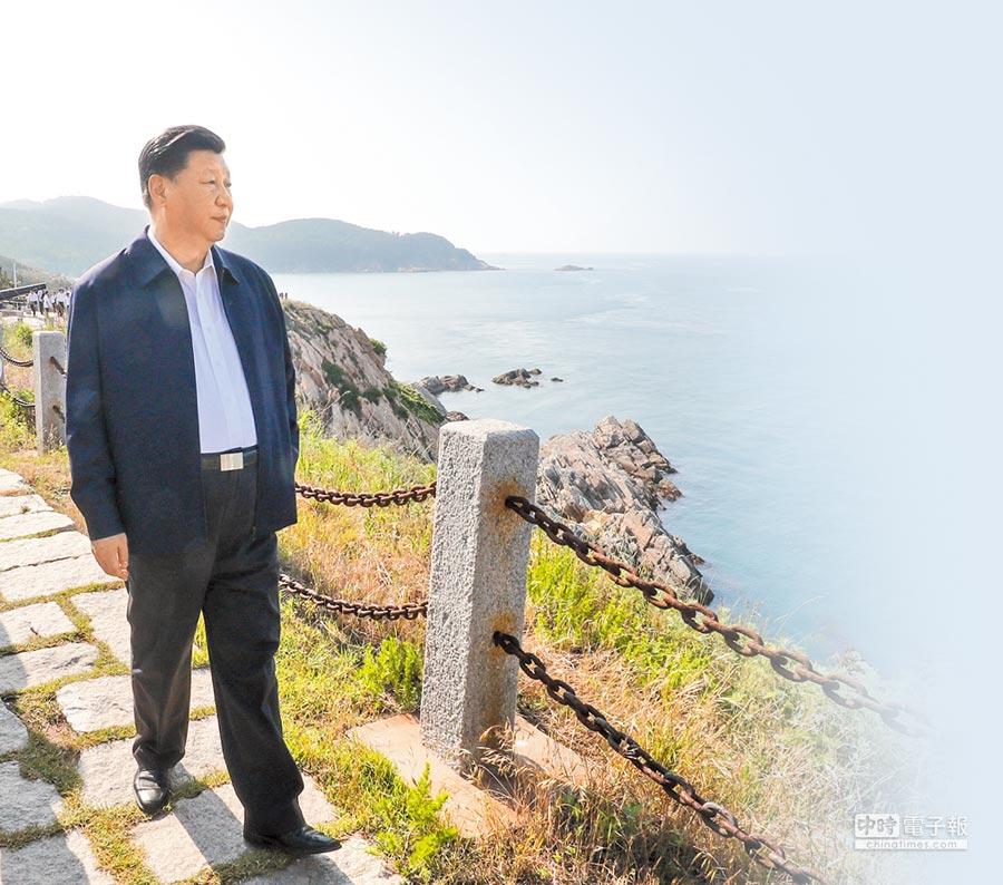 6月12日,大陸國家主席習近平在山東威海劉公島察看北洋海軍炮台遺址。(新華社)