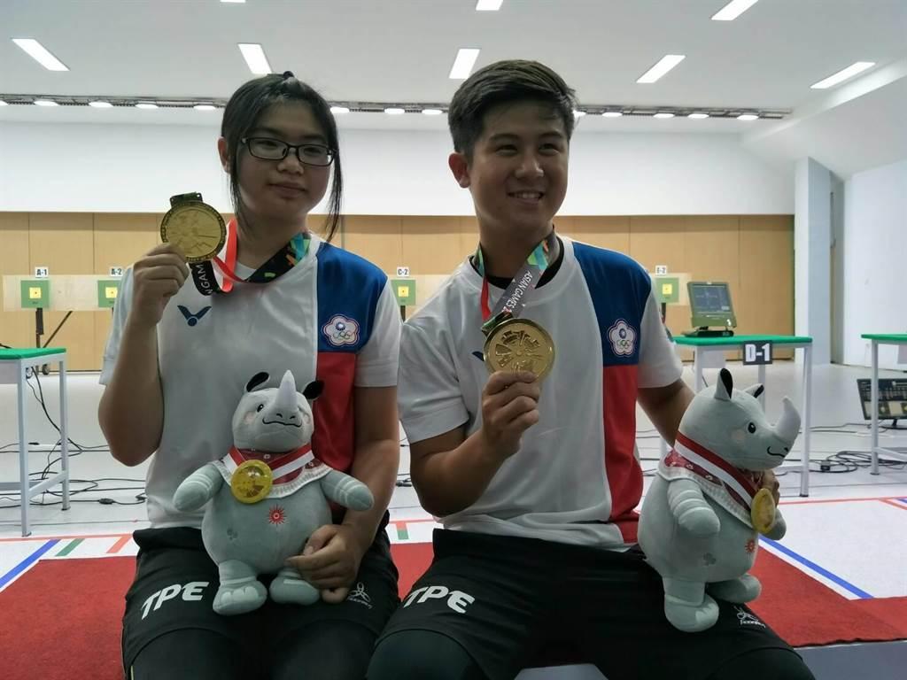 呂紹全(右)、林穎欣得意秀出亞運射擊10公尺空氣步槍混團賽金牌。(中華奧會提供)