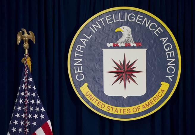 美國中央情報局CIA在中國大陸佈建的情報網路,兩年來被逮捕了數十人,幾乎完全被摧毀。圖為CIA總部大樓裡的單位標誌。(圖/美聯社)