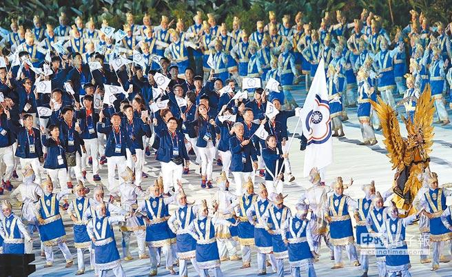 2018雅加達巨港亞運會18日正式開幕,由世大運舉重金牌郭婞淳擔任掌旗官,帶領146位團員進場。(陳怡誠攝)