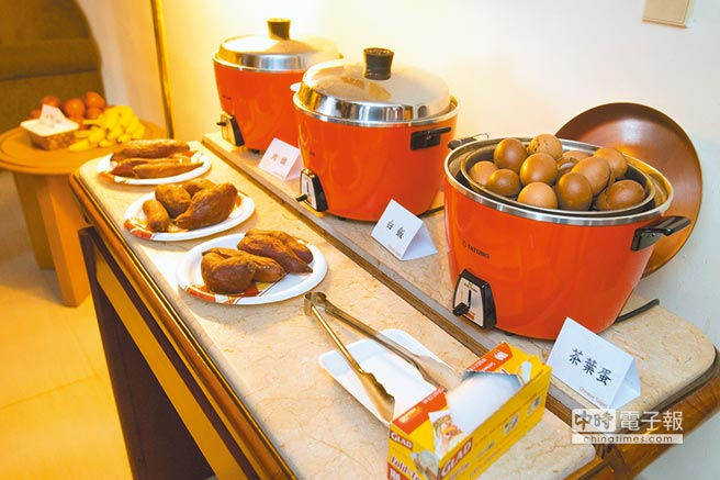 中華隊專屬廚師與營養師,備好一整鍋肉燥與茶葉蛋為選手們加油打氣。(杜宜諳攝)