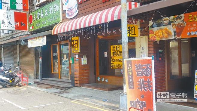 台中逢甲商圈很多店面張貼「出租待售」,陸客不來是主因之一。(本報系資料照片)