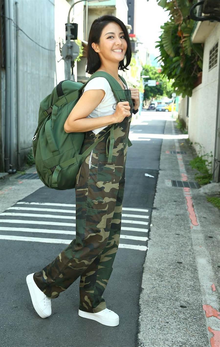 李宣榕最近拍戲、生活都背著超重超大的背包。(粘耿豪攝)