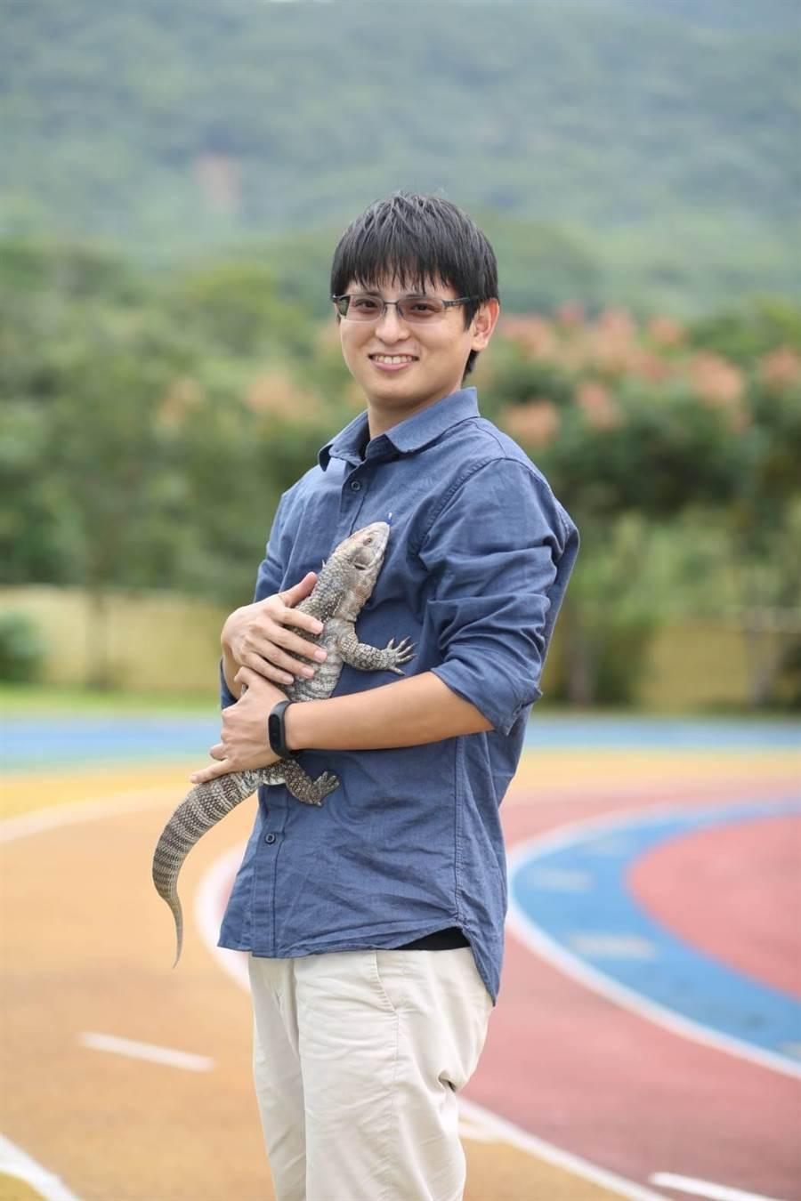王俊凱老師圖說  新北市八里國中生物科老師王俊凱與草原巨蜥阿西。(教育部提供)