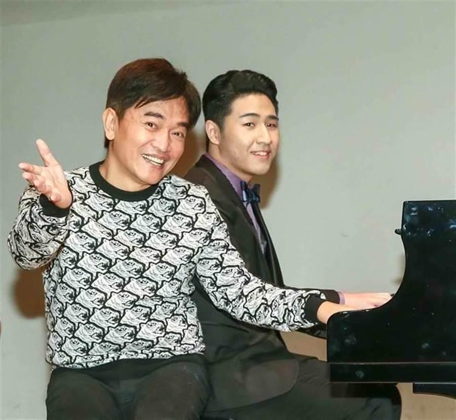吳宗憲(左)和兒子鹿希派。(資料照)