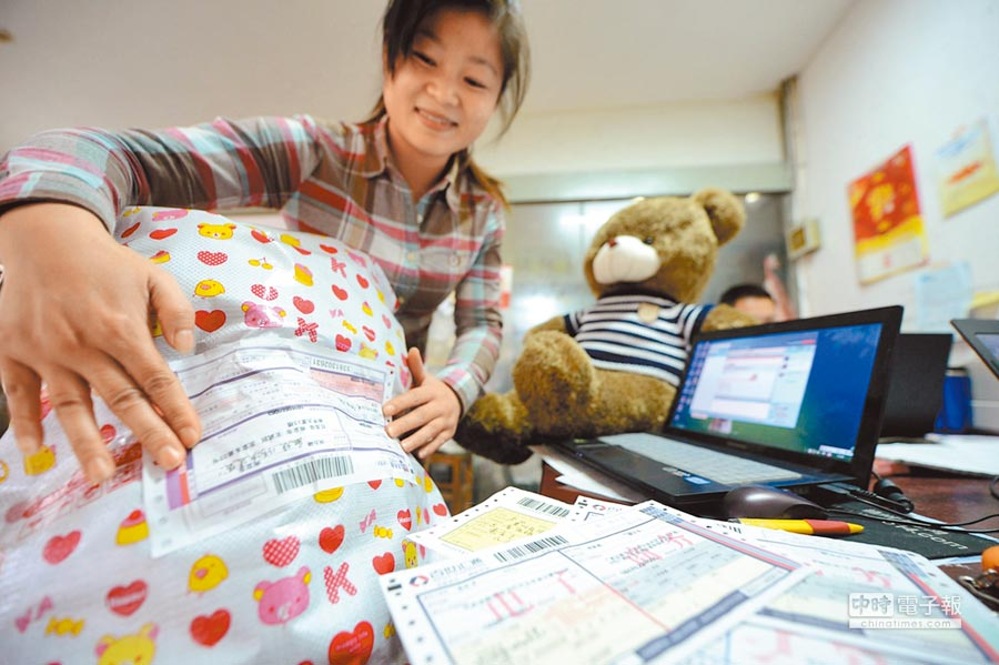 江蘇淘寶店家包裝準備出貨的商品。(新華社)
