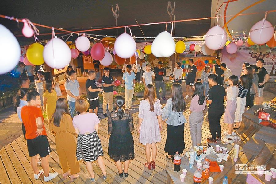 8月16日,天津舉辦「你是我的菜.相約屋頂農場」七夕單身聯誼,吸引近40名單身青年報名。(CFP)