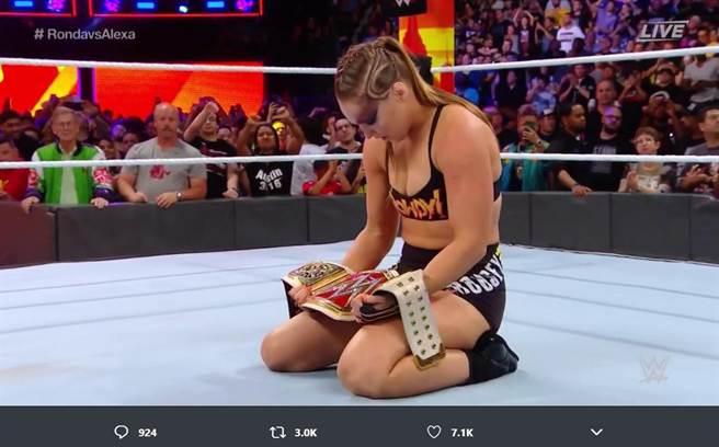 前UFC女將龍達魯西摘下WWE女子冠軍。(摘自WWE推特)