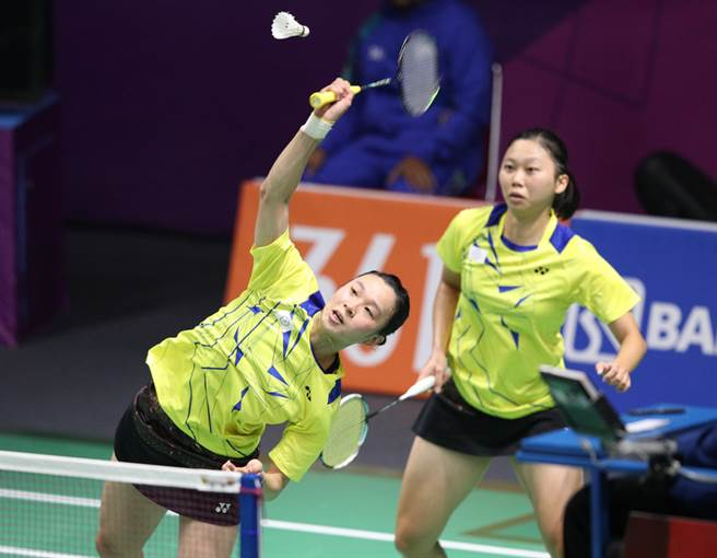 合庫女雙組合吳玓蓉(右)與許雅晴(左)在球隊安排下,明年要各自和新夥伴組成女雙。(資料照/中央社)