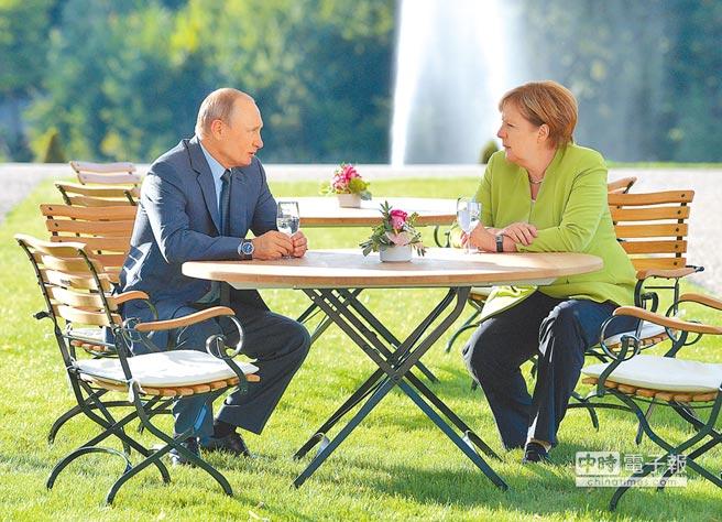 德國總理梅克爾(右)邀請俄羅斯總統普丁18日舉行非正式會談,討論烏克蘭衝突、敘利亞內戰、經貿合作等議題。(路透)