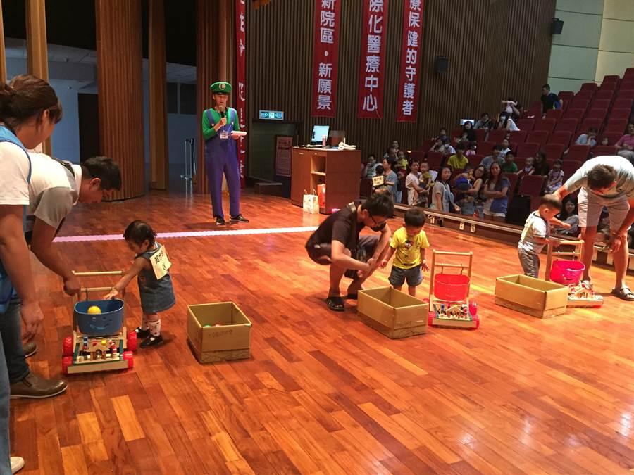 「童寶寶奧林匹克」運動會熱鬧展開,大寶寶競走相當可愛逗趣。(陳淑娥攝)