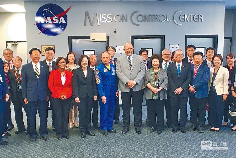 蔡英文總統(左三)19日與外長吳釗燮(左一)、總統府祕書長陳菊(右二)、駐美代表高碩泰(右一)到美國國家航空暨太空總署(NASA)所屬詹森太空中心,參訪控制中心。這是我總統首度造訪美官方機構。(代表團提供)