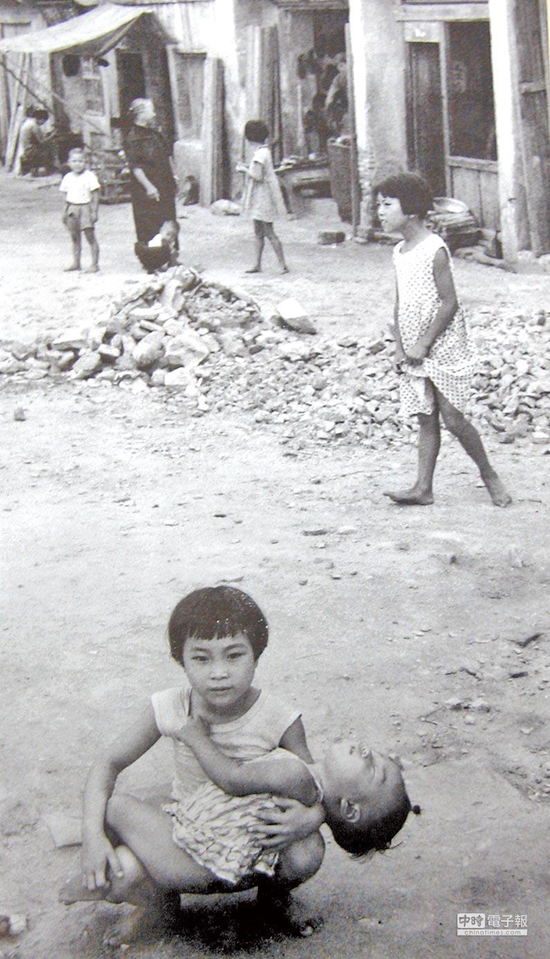 1958年9月15日出刊的美國《LIFE》雜誌,以「中共將封鎖金門」為標題,報導金門八二三炮戰,當時報導刊載的金門小姊弟照片。(本報系資料照片)