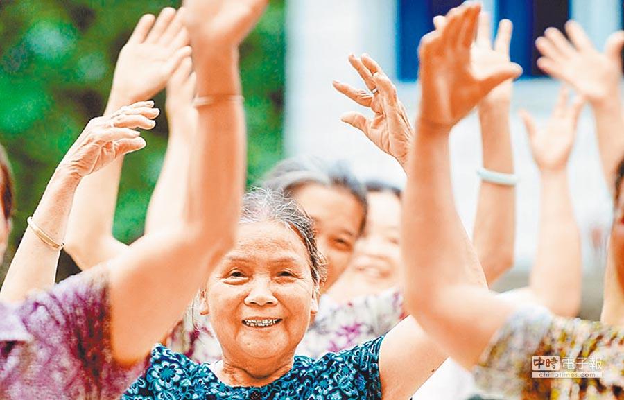 學者預測,到本世紀中葉,大陸將成世界「最老國」。圖為廣西都安瑤族自治縣一居家養老互助站老人在練習舞蹈。(新華社)