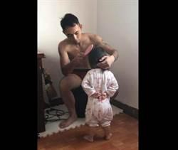軍人爸幫梳頭女兒「稍息」站姿超萌 網融化:下次精神答數了!