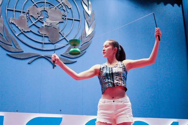 清大生邱怡澍在「世界大學生領導大會」中,以高超的花式扯鈴表演作外交,成功讓國際看見台灣。(清華大學提供)