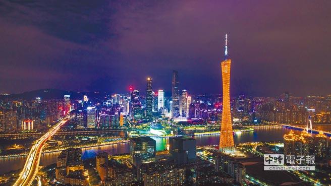 外商在廣東設立總部,最高獎勵1億人民幣。圖為2017年12月3日,廣州塔與珠江新城璀璨燈火交相輝映。(新華社)