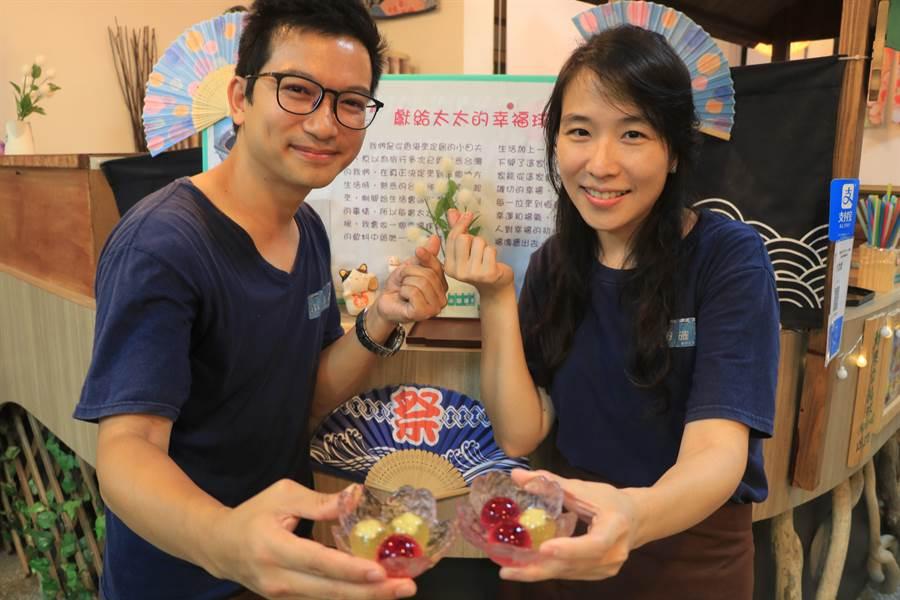 從香港移民來台的田曉(左)不捨妻子劉雅穎(右)因思鄉苦悶,特地利用當季水果製成「幸福球」,而這份貼心不僅融化愛妻,也成就了他的飲品事業。(謝佳潾攝)