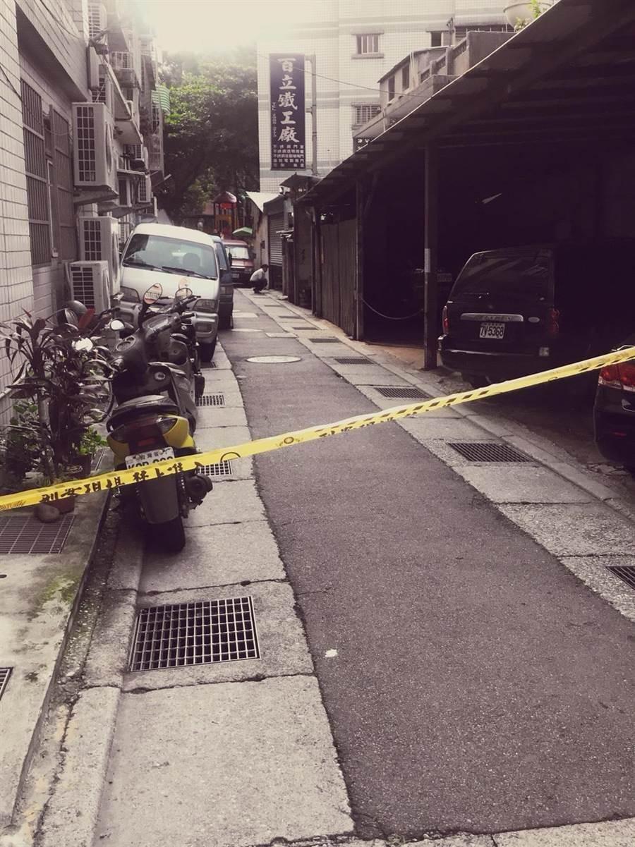 新北三重傳自轟命案,警方在案發現場拉起封鎖線。(譚宇哲翻攝)