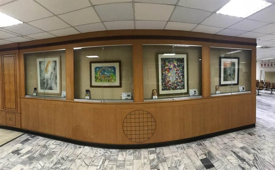 衛生福利部朴子醫院自即日起,在院內展出多幅有關安寧醫療的得獎作品及故事繪本等,期藉由藝術撫慰人心的力量,反思醫療的意義。(張伊珊翻攝)
