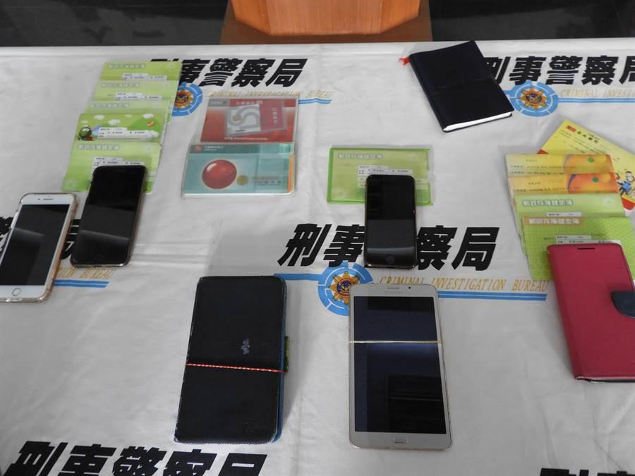 警方6组同步查缉,当场查扣手机、现金人民币及银行存折等赃证物。(陈世宗摄)