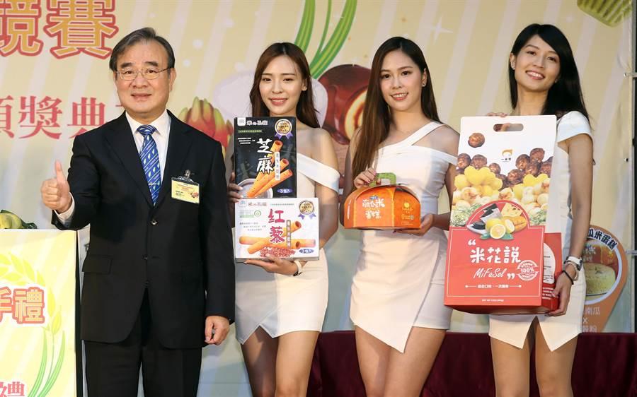 農糧署署長胡忠一(左)出席活動並與模特兒們一同推廣台灣的各式米製商品。(陳信翰攝)