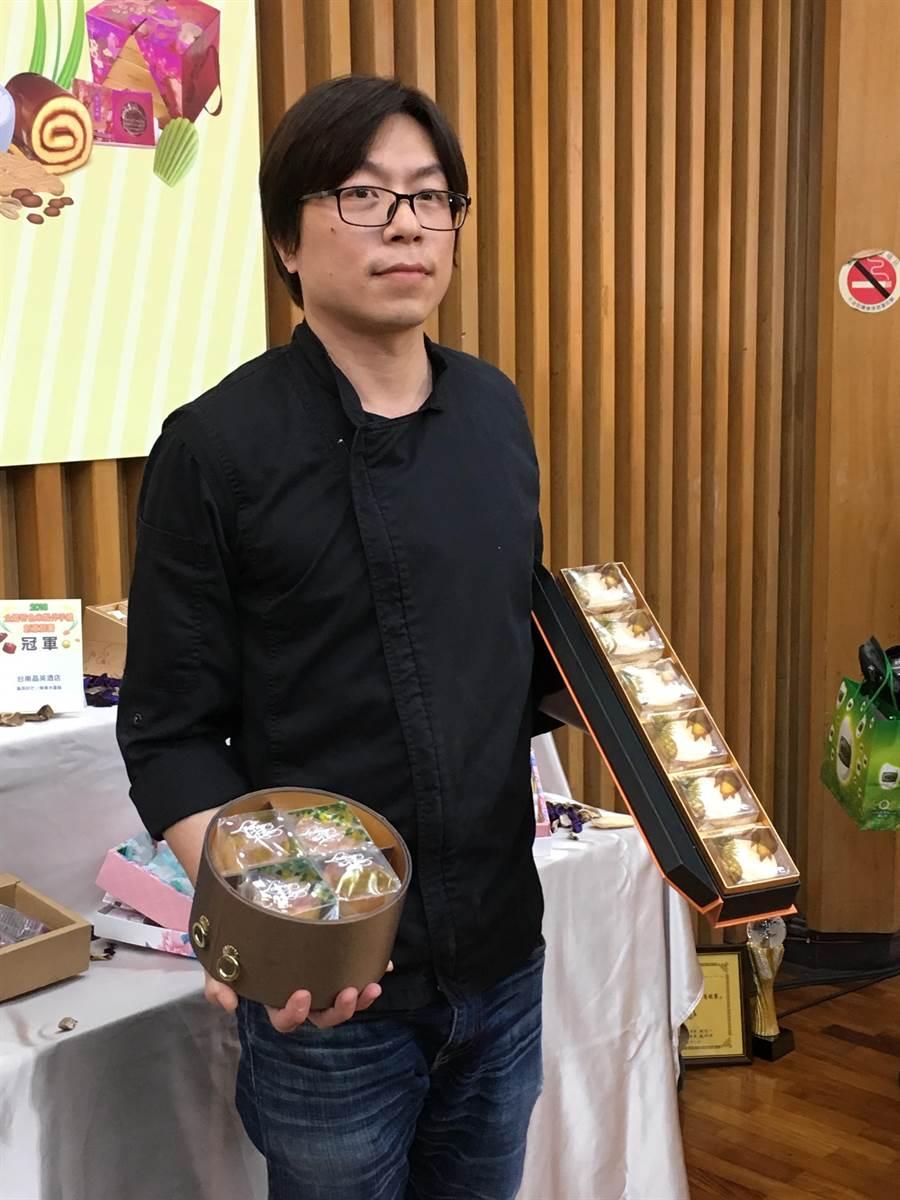 冠軍得主台南晶英酒店西點師傅廖楷平,手拿冠軍作品「鳳梨好芒」及「檸香米蛋糕」。(游昇俯攝)
