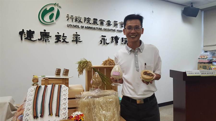 台南農改場副研究員陳榮坤去年成功培育新稻種「台南16號?,今年與研究團隊成功栽培「台南秈18號」,可望提升國產米製品競爭力。(李其樺翻攝)